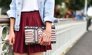 手拿着包包的短裙美女摄影高清图片