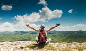 山顶上望着群山的人物摄影高清图片