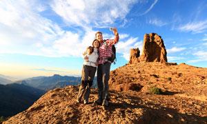 在山顶自拍的登山男女摄影高清图片