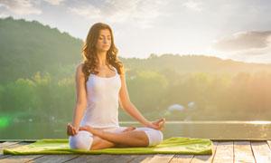 闭眼静心练瑜伽的美女摄影高清图片