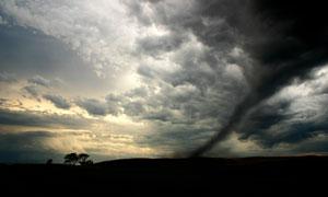 天空白云與龍卷風奇觀攝影高清圖片