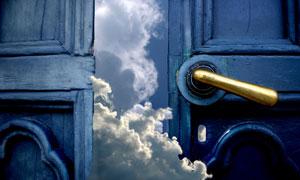 通过门缝溜进来的云朵创意高清图片