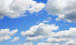 飘着白云朵的蔚蓝天空摄影高清图片