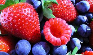 草莓蓝莓与覆盆子特写摄影高清图片