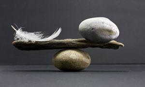 与一块石头保持平衡的羽毛高清图片