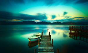 湖面上靠着木桥的小船摄影高清图片