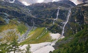 大山中小溪瀑布美景摄影图片