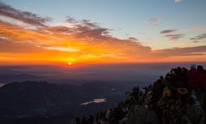 泰山之顶美丽的日出摄影图片