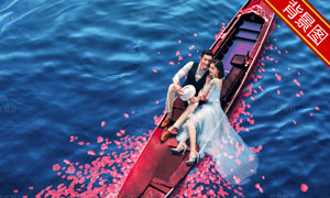水面上花瓣装饰的木船抠图背景模板