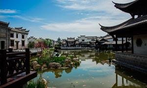 公园中徽派建筑和池塘摄影图片
