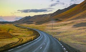 山脚下公路景观高清摄影图片