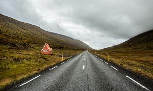 山脚下笔直的公路景观摄影图片