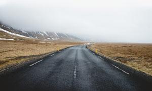 雪山脚下公路景观摄影图片