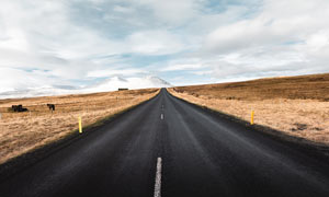 雪山脚下高原上高速公路摄影图片