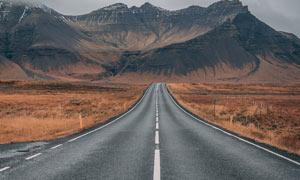 高原山脚下公路景观摄影图片