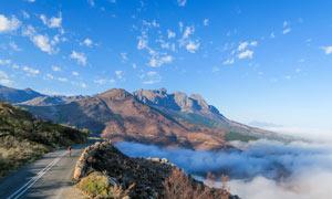 蓝天下的盘山公路美景摄影图片