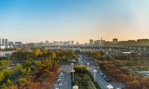蓝天下秋季美丽的泗阳摄影图片