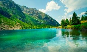 山间美丽的湖泊高清摄影图片