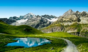 蓝天下的群山和山间小路摄影图片