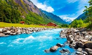 蓝天下的山间小溪美景摄影图片