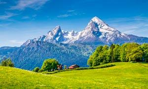 雪山脚下美丽的风景摄影图片