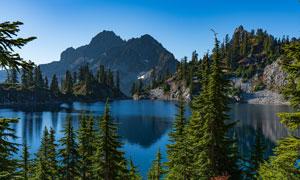 蓝天下的山水湖泊美景高清图片