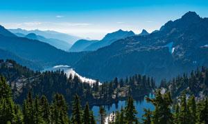 蓝天下的山川河流高清摄影图片