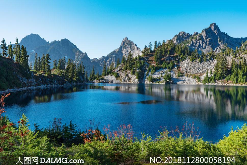 蓝天下山水湖畔美丽风光摄影图片