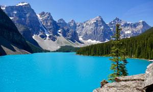 大山脚下美丽的湖泊摄影图片