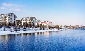 冬季美丽的雪后城市摄影图片