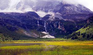 大山脚下美丽的高原风光摄影图片