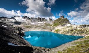 蓝天白云下的山顶天池摄影图片