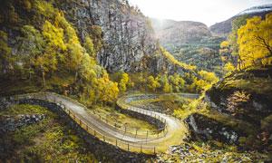 山间盘旋的山路摄影图片