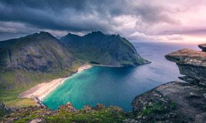乌云下的海边俯视图摄影图片