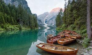 山间湖泊中停泊的小舟摄影图片