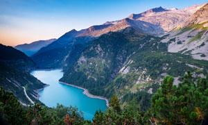 蓝天下的山川河流美景摄影图片