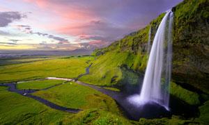夕阳下草原上美丽的瀑布摄影图片