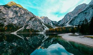 山脚下湖泊美景影摄影图片