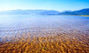 湖水与远处的群山风光摄影高清图片