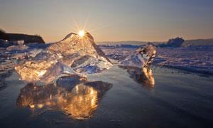 海面上闪着光的大冰块摄影高清图片
