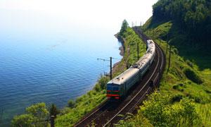 海边铁路上运行的火车摄影高清图片