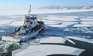 被冰封海面困住的船只摄影高清图片