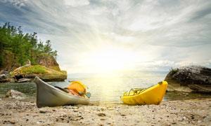树木与海边的两艘小船摄影高清图片