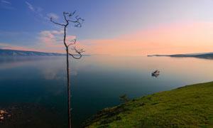 黄昏晚霞与平静的水面风光高清图片