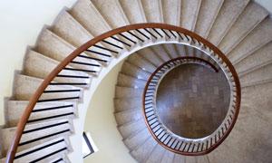 建筑物内部的螺旋楼梯摄影高清图片
