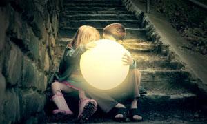 抱着柔光灯的儿童人物摄影高清图片
