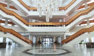挂着水晶灯的大型建筑内景高清图片
