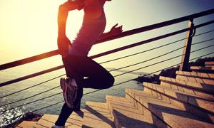 台阶上跑步的人物局部摄影高清图片