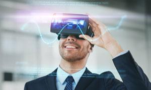 体验虚拟现实设备的人创意高清图片