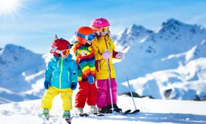 做好准备的滑雪儿童们摄影高清图片
